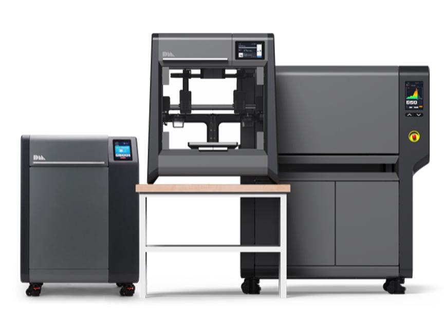 מערכת הסטודיו מכילה 3 מוצרים – מדפסת, די-בינדר, ותנור. בשילוב עם תוכנה מבוססת הענן של DM התהליך כולו הופך לרציף, פשוט וכמעט אוטומטי. מקובץ CAD לחלק מודפס בשלושה שלבים: הדפסה, די-בינדינג וסינטור. במדפסת זו ניתן להדפיס דגמים פונקציונלים וכלים בעלי דרישות גבוהות של עומס וטמפ'.