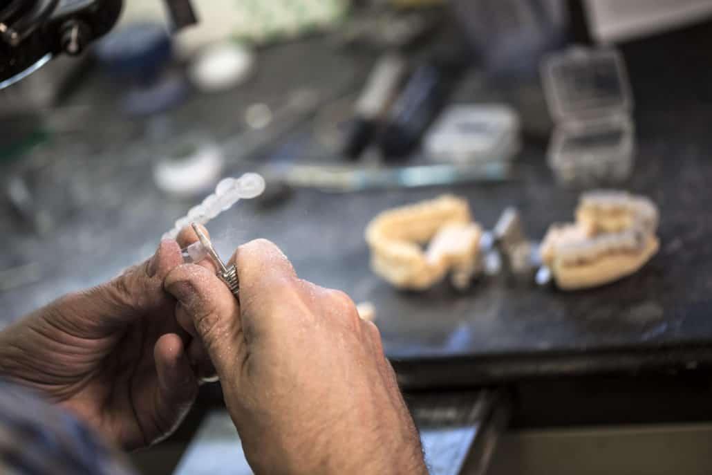 שימוש בתוכנות ייעודיות ובמודלים מודפסים משמשים את המעבדה הדנטלית ליצירה של סדים כירורגים מותאמי פציינט